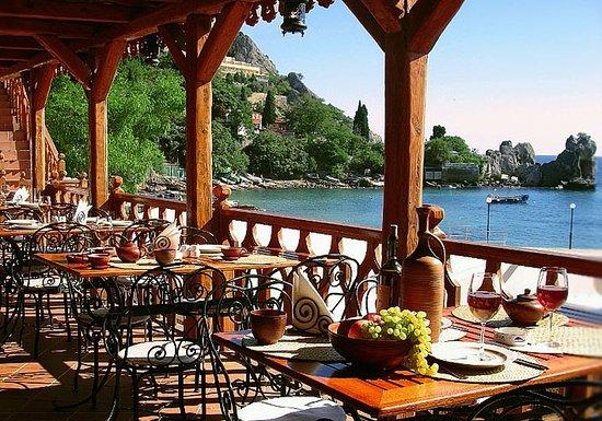 Hurzuf: Вид с летней террасы на бухту дополнит Ваш отдых приятными воспомининиями.