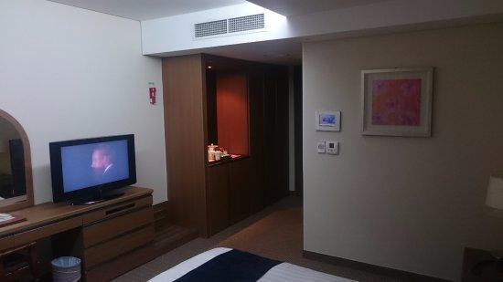 Hwaseong, เกาหลีใต้: ベッドの足元にテレビがあるので、観ながら寝墜ち派の当方はベッドに横向きに寝ました(笑)