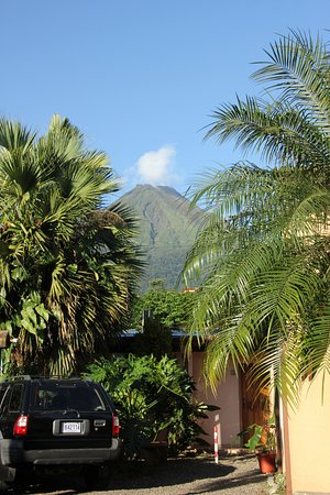 Hotel Vagabondo: View of the hotel with the Arenal volcano in the background