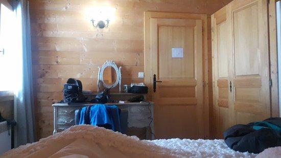 La Cote-d'Arbroz, França: Bedroom - very comfortable, warm and clean