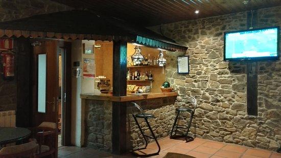 Hotel Or Blanc : Barra del bar/sala de televisión