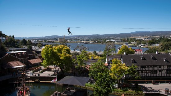 Launceston, Australien: The Scenic Zip starts of with a leisurely view, then picks up speed.