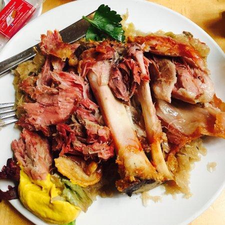 Vetter's Alt: 必须推荐Schweinehaxen 很好吃地道的特色美食 可以选去骨的做法 切起来省事一点 不然也是力气活,甜点就比较一般了