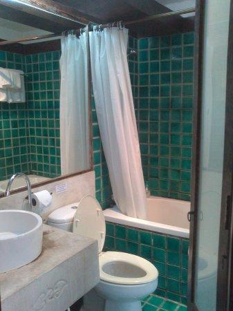 Holiday Garden Hotel: Bathroom