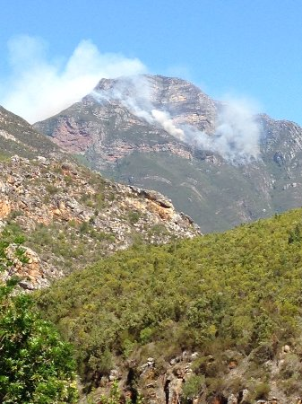 Overberg District, Sydafrika: Veld fire on mountain top