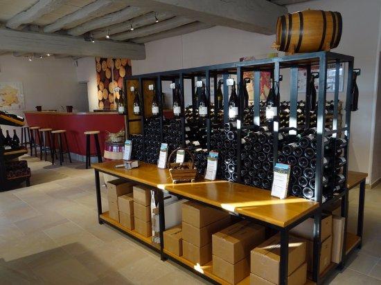 Meursault, France : Les vins en bouteilles