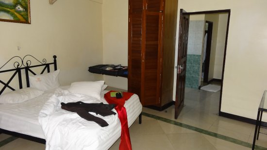 PrideInn Hotel Mombasa: bedroom with far away the kitchenette and bathroom