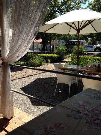 African Shades B&B: Outdoor seating area