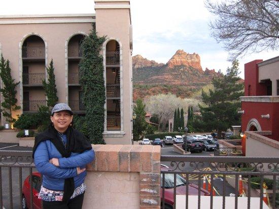 Best Western Plus Arroyo Roble Hotel & Creekside Villas: BW hotel on left, breakfast building on right