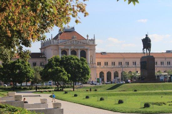 King Tomislav Square (Tomislav trg): Estação ferroviaria em frente a Trg kralja Tomislava