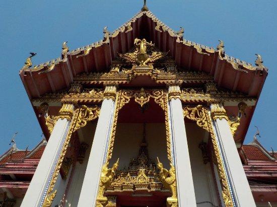 Wat Chai Mongkon, Pattaya: colonne imponenti