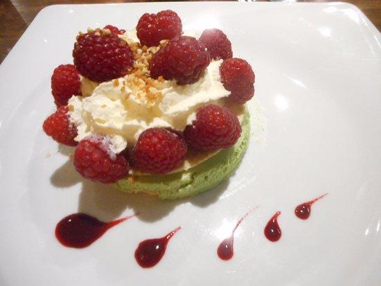 Le Paradisio: bavarois pistache, framboises, chocolat blanc