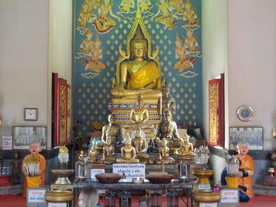 Wat Chai Mongkon, Pattaya: sitting budda