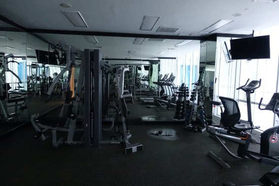 Aston Priority Simatupang Hotel & Conference Center: Weights in the gym