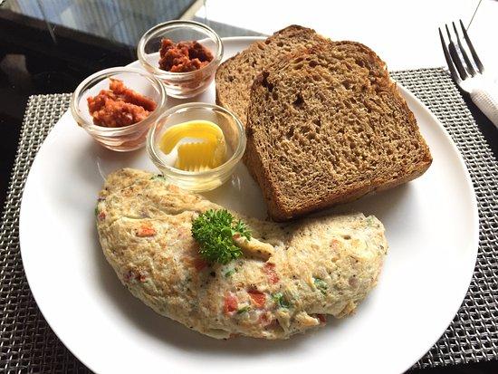 Blackbird brekkie & brunch: Sri lankan Omelette fiesta opt with brown bread with additions