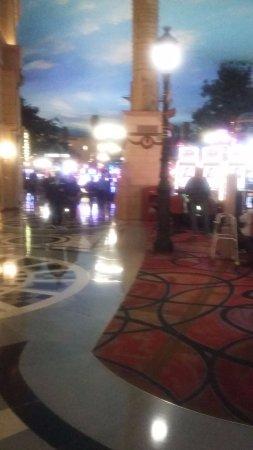 Paris Las Vegas: zona de casino y restaurantes bares, negocios, el techo es un cielo pintado