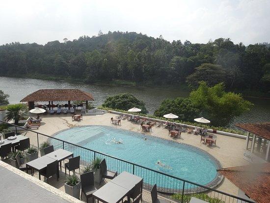 Cinnamon Citadel Kandy: Piscine de l'hôtel, vue de notre chambre