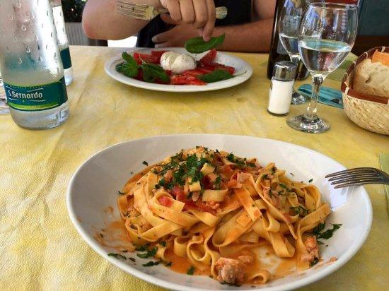 Vado Ligure, Italien: Pasta al salmone e caprese fresca... binomio perfetto!