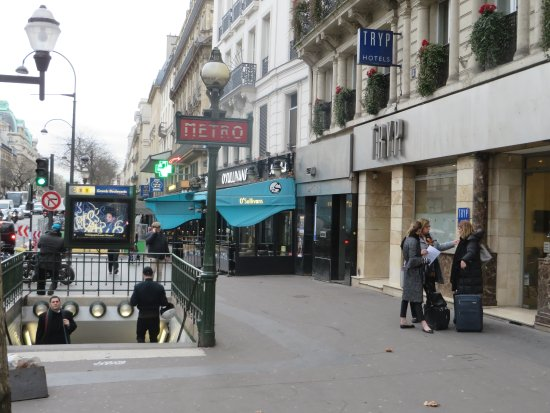 TRYP Paris Opera Hotel: Outside the hotel and Metro