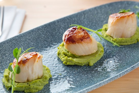 Tom's Table Restaurant: Galley Head King Scallops on pea puree port and balsamic reduction