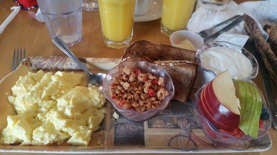 Nyack, Nova York: American Breakfast at Art Cafe in Nycack - eggs, toast, yogurt, granola, fresh fruit