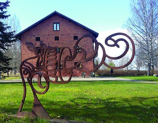 Skinnskatteberg, Suecia: Non-violence skulptur av Carl Fredrik Reuterswärd framför Konstmuseet - Galleri Astley Skulpturp