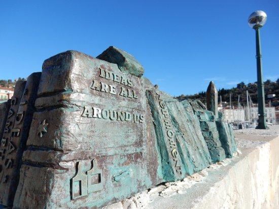 Pavel: Rappresentazione i bronzo del profilo della città