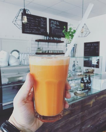 Fabryka: Freshly squeezed carrot, apple and ginger juice