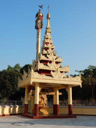 Maha Wizaya Pagoda: SE Shrine