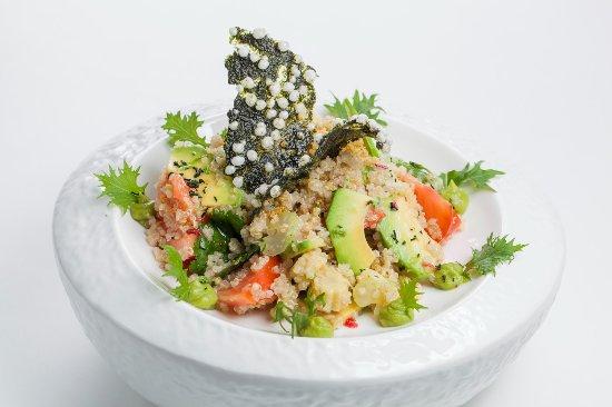 перуанский салат из киноа с авокадопомидорами и Baby кукурузой
