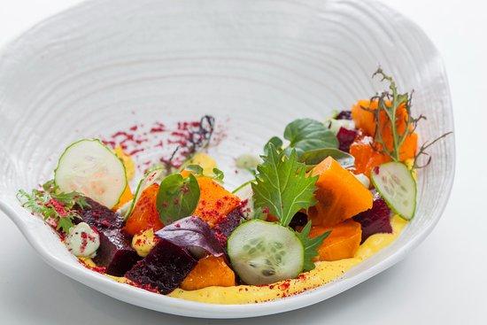 Gray Goose cafe: Салат из печёной Свеклы с хурмой, манговым айоли и сырным кремом (Фитнес меню)