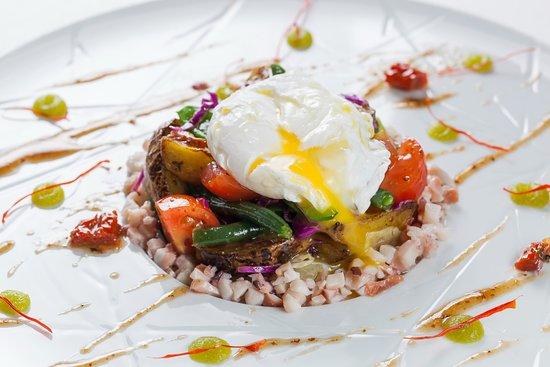 Gray Goose cafe: Салат из оСьминога с овощами, вялеными томатами и яйцом пашот (Фитнес меню)