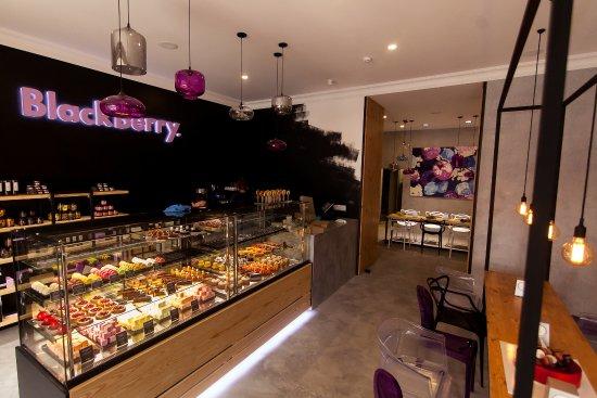 Confectionery ShowRoom Blackberry: Интерьер заведения разделен на две зоны: презентационный зал и зал дегустации продукции.