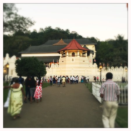 Temple of the Sacred Tooth Relic: Temple outside