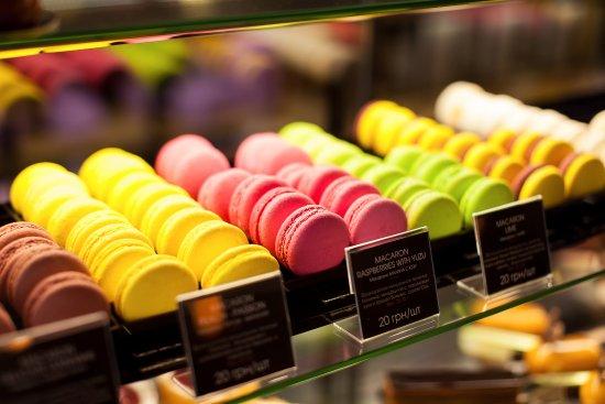 Confectionery ShowRoom Blackberry: Витрина с многообразием вкусностей от бренд-шефа Дмитрия Борисова способна угодить любому вкусу