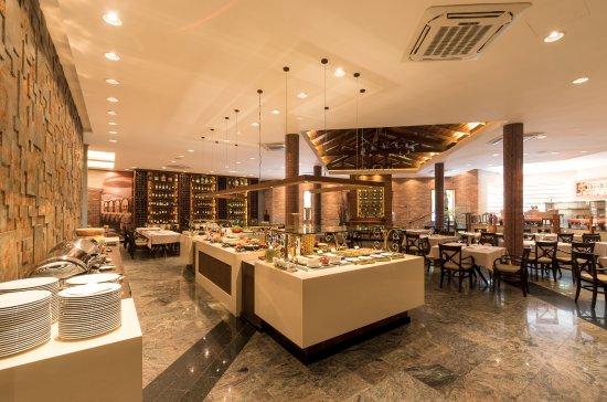 Barueri, SP: Buffet de saladas, pratos quentes e frutos do mar.