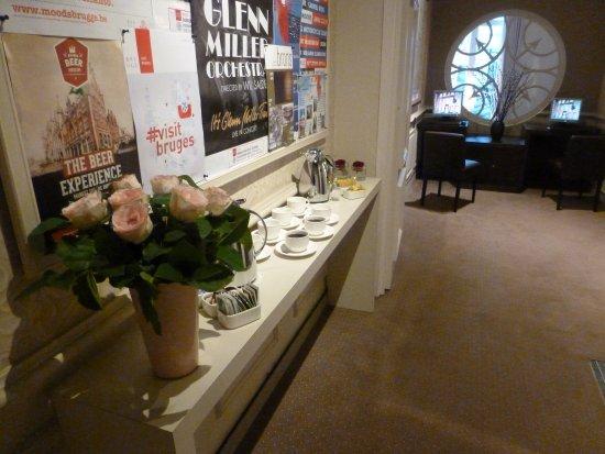 Hotel Navarra Brugge: Espace internet (en plus du wifi dans les chambres) avec thé-café à volonté le matin !!