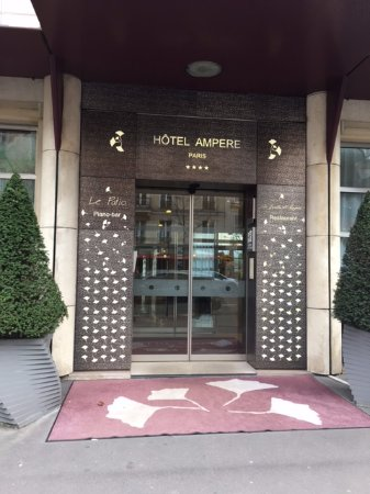 Hotel Ampere Paris: Entrance to hotel
