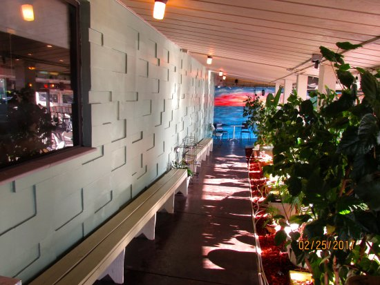 Dimitri's Family Restaurant: PATIO