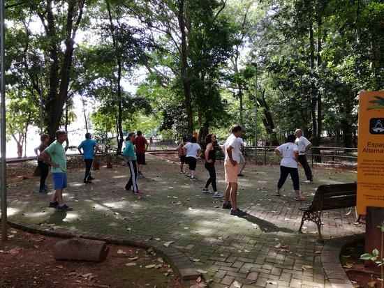 Bosque dos Buritis: gente haciendo yoga