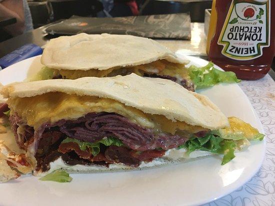 Bella Paulista: Sanduiche de picanha defumada com queijo estepe e tomate seco