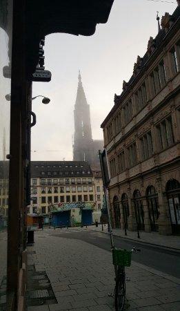 Hotel Gutenberg: A gauche, de l'entrée de l'hôtel.. se trouve La place/manège et la cathédrale à deux pas