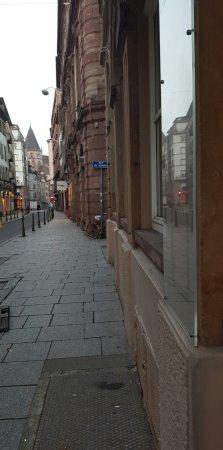 Hotel Gutenberg: A droite, de l'entrée de l'hotel se trouve un coiffeur, une boulangerie et touts plein de commer