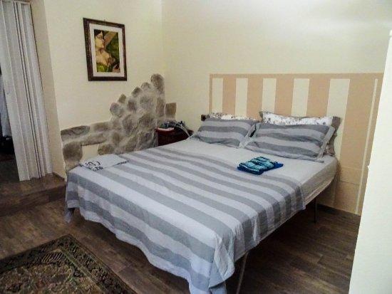 Agriturismo Campofiorito: Magnolienzimmer, sehr kühl durch die dicken Wände