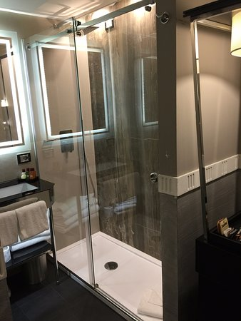 Mood Suites Tritone: Shower taken from the bedroom
