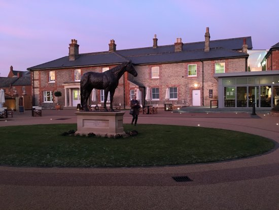 Palace House: The King's Yard can where the bronze statue of Frankel stands