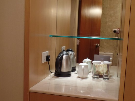 Hilton Singapore: coffee/tea brewing appliance/cups/glasses