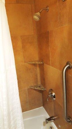 Comfort Suites Canal Park: nicely tiled shower