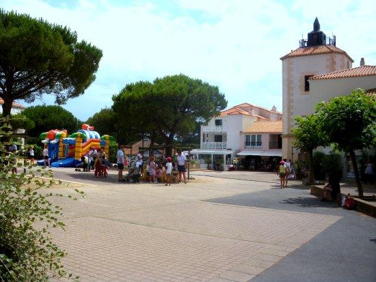 Albertville, France: la place avec l'accueil, le marché, les commerces et les jeux enfants