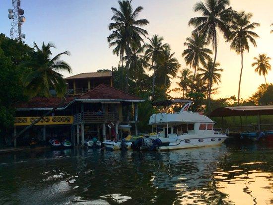 """Laluna Ayurveda Resort: вид на отель """"Laluna"""" с реки Бентота"""